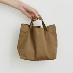 チノクロス ゴールドブラウンのバッグ
